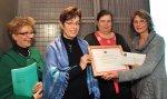 Marie-Jo Guisset Martinez (FMA) remet le prix aux représentantes de Famidac {JPEG}